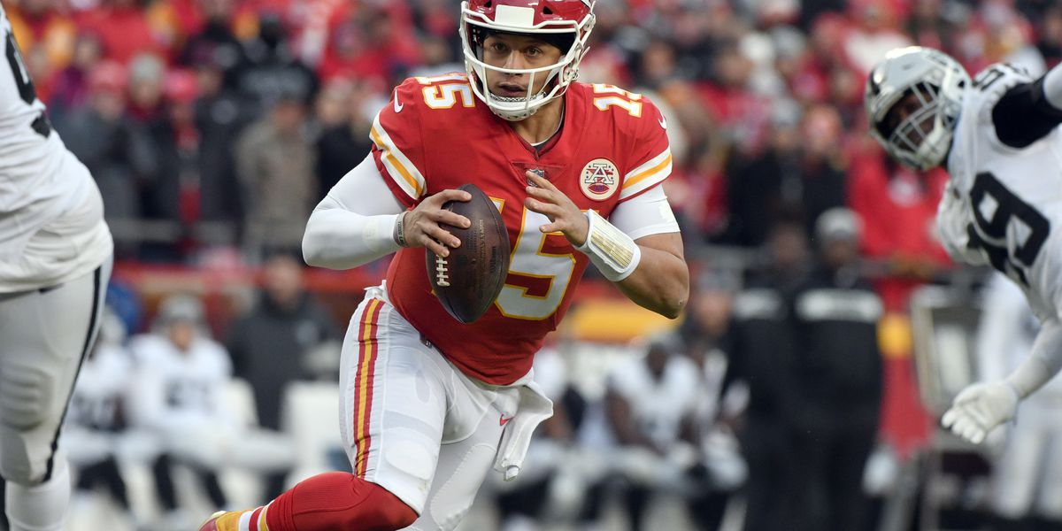 Chiefs romp past Raiders 35-3 to clinch AFC West, No. 1 seed