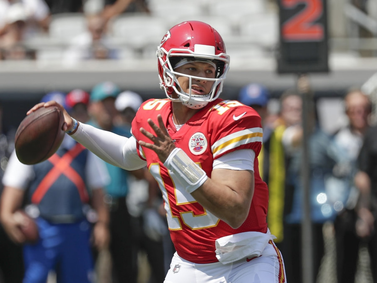 Patrick Mahomes suffers hit to knee in second quarter against Denver