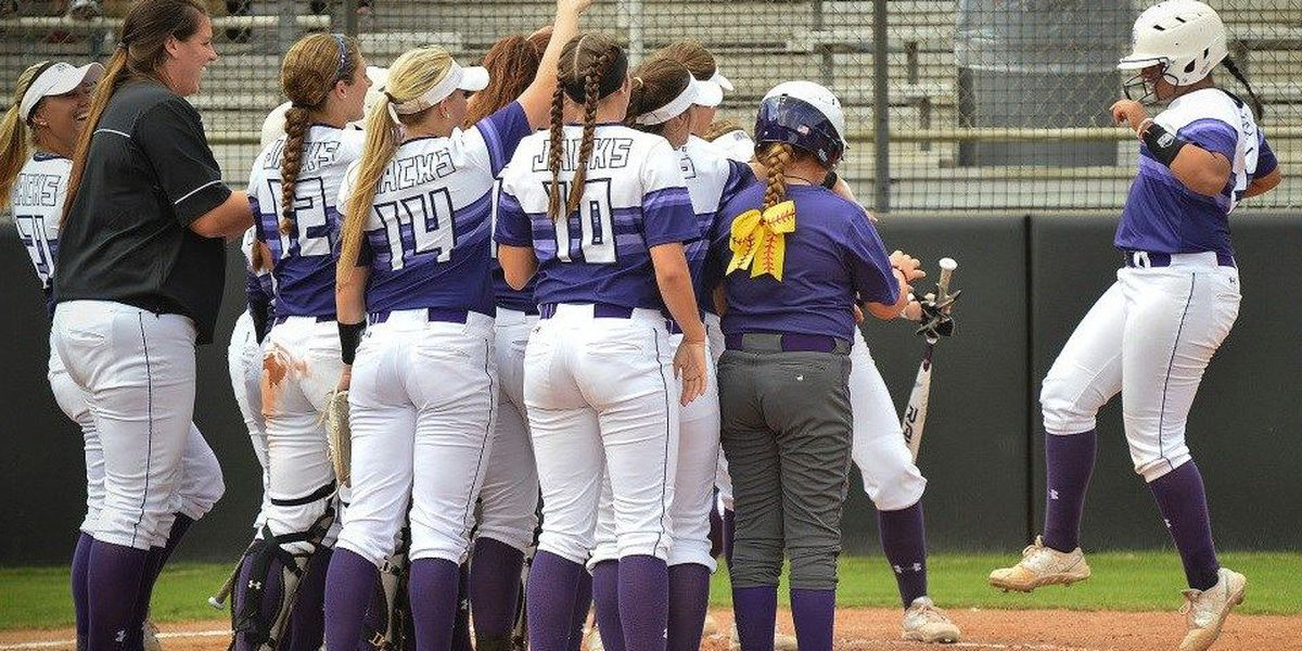 Hot bats win SFA the doubleheader over UIW, 7-2 and 2-1