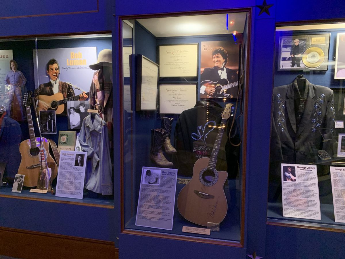 Remembering Mac Davis' induction into the Texas Country Music Hall of Fame in Carthage