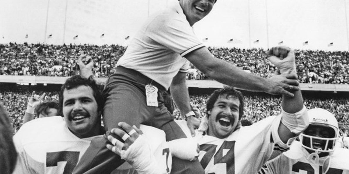 Former Texas head coach Fred Akers dies at 82
