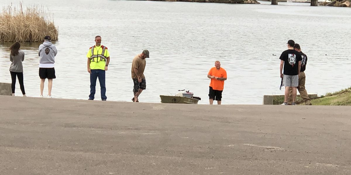 Emergency crews called to capsized boat at Buffalo Springs Lake
