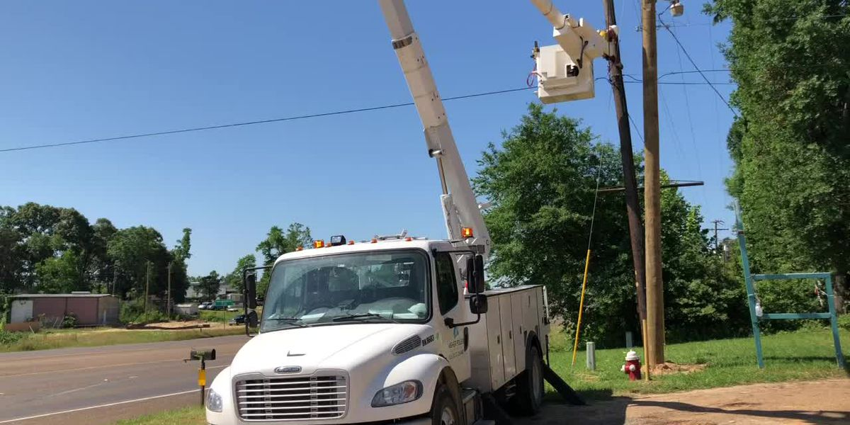 WEBXTRA: Crews work to remove power lines from portion of U.S. 59 in Nacogdoches