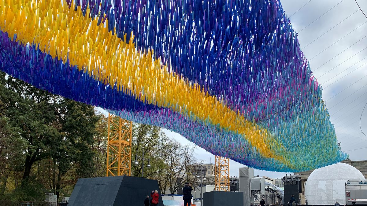 Art installation sends 'wishes' fluttering over post-Wall Berlin