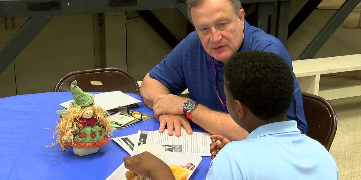 New mentoring program at Lufkin elementary school helps students learn in the lunchroom
