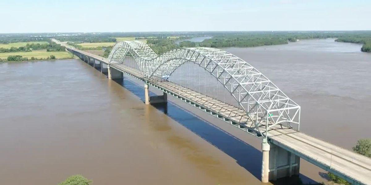Mississippi River bridge at Memphis closed to fix crack