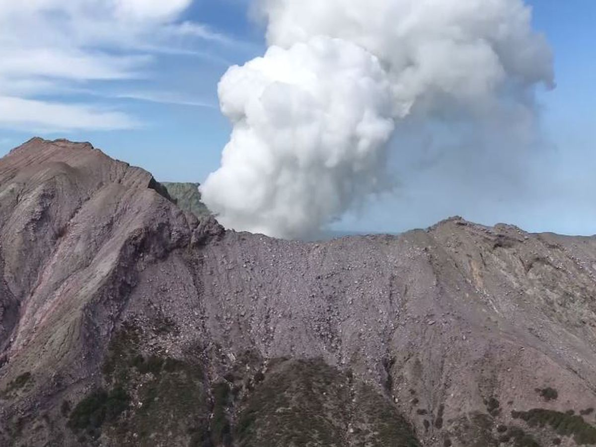 New Zealand volcano vents steam, delays recovery of bodies